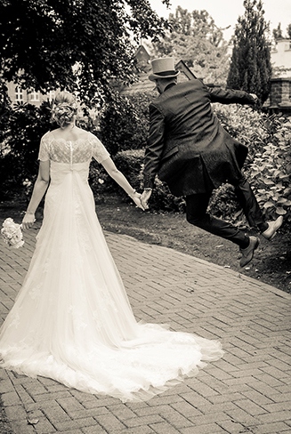 Couple marié sautant de joie