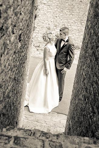 Couple marié prenant la pose