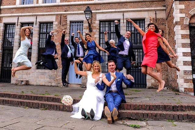 photographe mariage dans le ord prenant une photo de groupe a lille
