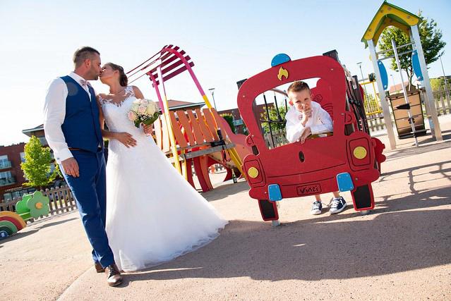 les deux jeunes mariés via le photographe myzoom